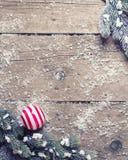 Van Kerstmisballen en takken bontboom op oude houten backgroun Royalty-vrije Stock Afbeeldingen