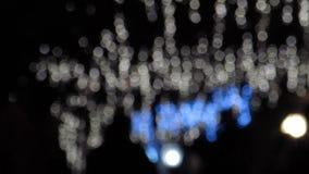Van Kerstmislichten & Mensen van de Bokehstraat het Lopen stock videobeelden