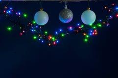 Van Kerstmissnuisterijen en lichten achtergrond stock foto
