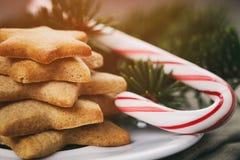 Van Kerstmissuikergoed en koekjes close-upwijnoogst gestemde foto Stock Afbeeldingen