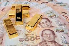 5 van 1 kg De gouden bar op Baht 1000 van de bankbiljetten van Thailand nestelde a Royalty-vrije Stock Fotografie