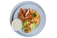 Van kippenstroken en gebraden gerechten combo op witte achtergrond Stock Afbeelding