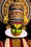 Van klassieke de gelaatsuitdrukking de dansmensen van Kathakalikerala in traditioneel kostuum royalty-vrije stock afbeeldingen
