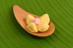 Van Kleeblamduan (Thaise naam) de Thaise de Zandkoekkoekjes, op een achtergrond van groene banaan gaat weg Royalty-vrije Stock Afbeeldingen