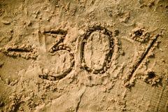 30 van letters voorzien geschreven op zand Stock Foto