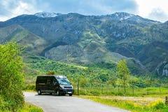Van Lifestyle στο τοπίο βουνών Προσοχές που πραγματοποιούν οδοιπορικό τη διαδρομή, αστουρίες στοκ εικόνες