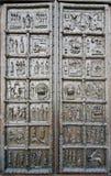 Van Maagdenburg (Sigtuna) de Poort van Sophia Cathedral in Novgorod, Rusland stock afbeeldingen