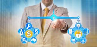 IT van managerbalancing out Kosten en Cybersecurity royalty-vrije stock afbeeldingen