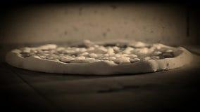 Van margherita videomozzarela van de pizzaoven Italiaanse het voedselpizza, de olijven van hampaddestoelen stock footage
