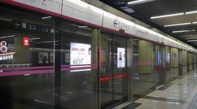 19 van Mei, 2018: De poort en de richtingstekens van het metroplatform bij de stad van Peking, China Royalty-vrije Stock Afbeelding