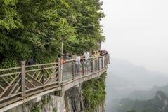 28 van Mei, 2018: Toeristen die hun die beelden voorbereidingen treffen te hebben in Cliff Glass Sky Walk bij Tianmen-Berg worden royalty-vrije stock foto's