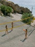 Van meisjes (siters) het speelvolleyball op zandstrand Stock Afbeeldingen