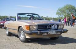 Van Mercedes-Benz SL-Klasse (R107) 1971 het modeljaar op de verzameling van uitstekende auto's in Kerimyki Royalty-vrije Stock Fotografie
