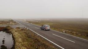 Van Moving em uma estrada Tiro aéreo de Madeira video estoque
