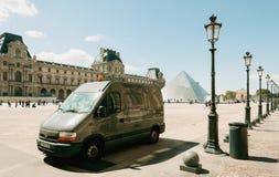 Van na frente do museu França do Louvre Imagem de Stock Royalty Free