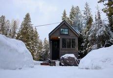 Van net uiterst klein huis in de bergen Stock Foto