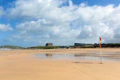 Van Noord- newquay van het Fistralstrand Cornwall het UK blauwe hemel en witte wolken royalty-vrije stock fotografie