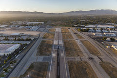 Van Nuys Airport Late Afternoon Runway-Antenne royalty-vrije stock fotografie