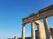 Van onderaan schot van verbazende kolommen van de antiquiteit geruïneerde bouw tegen duidelijke blauwe hemel op zonnige dag royalty-vrije stock foto