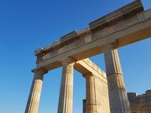 Van onderaan schot van verbazende kolommen van de antiquiteit geruïneerde bouw tegen duidelijke blauwe hemel op zonnige dag stock fotografie