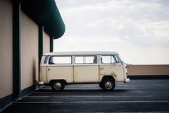 Van In Parking Lot anziano arrugginito Fotografia Stock