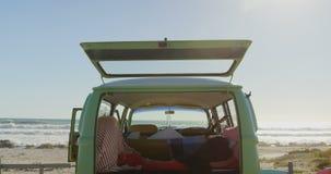 Van parque? en la playa el d?a soleado 4k almacen de video