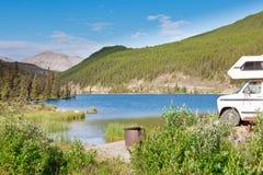 Van que acampa RV parquea el camping del lago de la cumbre Foto de archivo libre de regalías