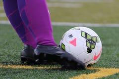 Van Rode de voetballer die de Stervrouwen van Chicago een Nike-voetbalbal in een NWSL-spel schoppen royalty-vrije stock fotografie
