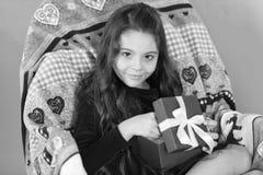 Van santa Leuk weinig kindmeisje met nieuw aanwezig jaar Gelukkig weinig het glimlachen de giftdoos van het meisjes open nieuwe j royalty-vrije stock foto's