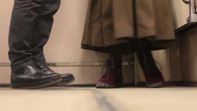 Van schoenenmannen en vrouwen dialoog stock footage