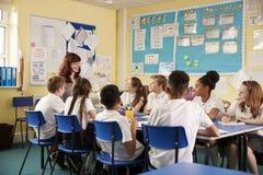 Van schoolleraar en jonge geitjes het werk aangaande klassenproject, lage hoek royalty-vrije stock afbeelding