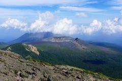 Van Shinmoe -shinmoe-dake en takachiho-geen-Mijn vulkaanrand die van Karakuni -karakuni-dake, Ebino-kogen, Japan wordt gezien stock afbeelding