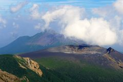 Van Shinmoe -shinmoe-dake en takachiho-geen-Mijn vulkaanrand die van Karakuni -karakuni-dake, Ebino-kogen, Japan wordt gezien royalty-vrije stock afbeelding