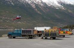 Van sleehonden en apparaten wachten dat aan een gletsjer voor het seizoen van de de zomertoerist moet worden vervoerd stock foto