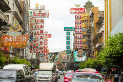 Van straattekens en auto's rit in chinatown, Bangkok Thailand Stock Fotografie