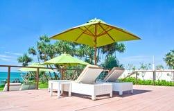 Van strandparaplu en Sunbath Zetels in een Tropisch Hotel dat op Ribbengebied Negambo, Sri Lanka de plaats bepaalde van Royalty-vrije Stock Afbeeldingen