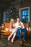 Van thema nieuwe jaar en Kerstmis vakantie in familieatmosfeer De stemming viert Kaukasische jonge mammapapa en zoon 1 éénjarige  stock fotografie