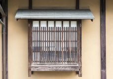Van tralies voorzien venster met shoji van oud Japans huis Kyoto Japan stock afbeelding