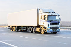 Van truck bianco in bianco sulla strada dell'autostrada senza pedaggio Immagini Stock