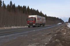 Van Truck-Supermarkt Magnet verschiebt sich auf Landstraße M8 in Russland Lizenzfreies Stockfoto
