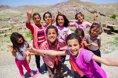 Van, Turchia 7 luglio 2015: Le ragazze curde felici stanno sorridendo per le foto fotografia stock libera da diritti