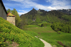Van van het gruyèrekasteel, voetpad en Alpen Bergen, Gruyeres, Switzerlan Stock Afbeeldingen