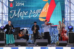 Van van prestatieskunstenaars, zangers en musici de vocaal-instrumentale band van de ensemble shoobedoobe jazz Stock Afbeelding