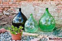 Van vid gamla stora flaskor av vin annonserar produkterna av agrien royaltyfri bild