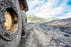 Van vid kolutgrävning för enorma maskiner Arkivfoto
