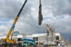 Van vid lyftande tungt material för mobil kran på konstruktionsplatsen Royaltyfria Bilder
