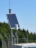 Van vid makt för Photovoltaic panelinstallation den meteorologiska stationen Royaltyfri Fotografi