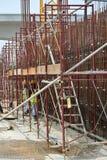 Van vid service för material till byggnadsställning ett plattform- eller formarbete Arkivfoton