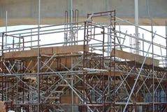 Van vid service för material till byggnadsställning ett plattform- eller formarbete Royaltyfria Bilder
