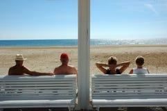 Van vier personen en twee paren dichtbij strand Stock Foto's